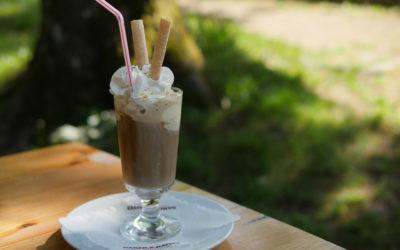 Recept: Ledová káva se zmrzlinou a šlehačkou
